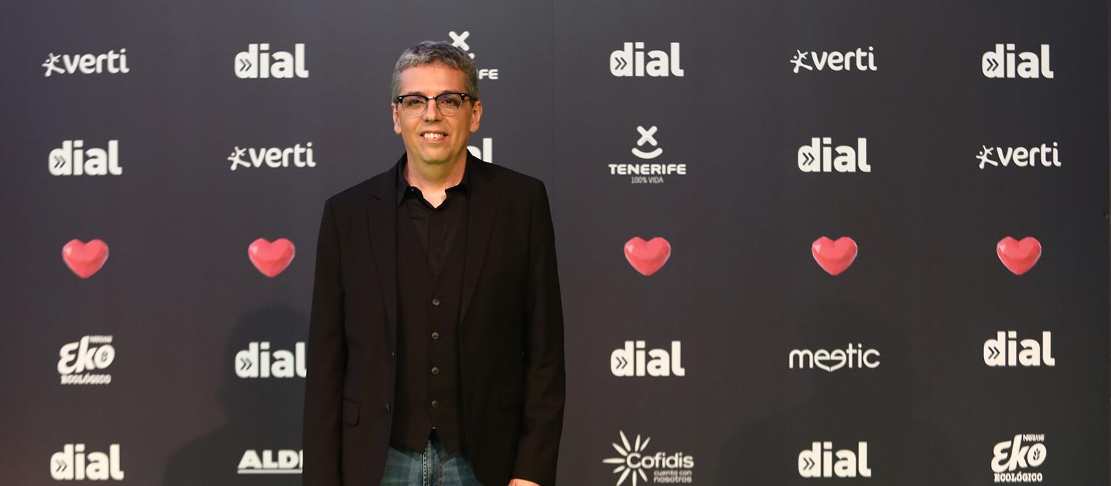 Pedro Guerra ovacionado en los 'Premios Dial'